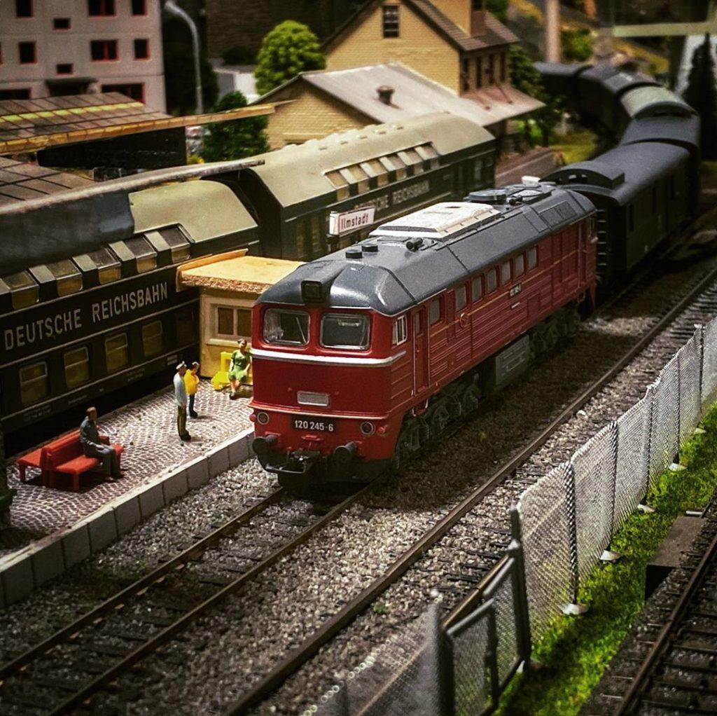 BR120 am Bahnsteig Ilmstadt