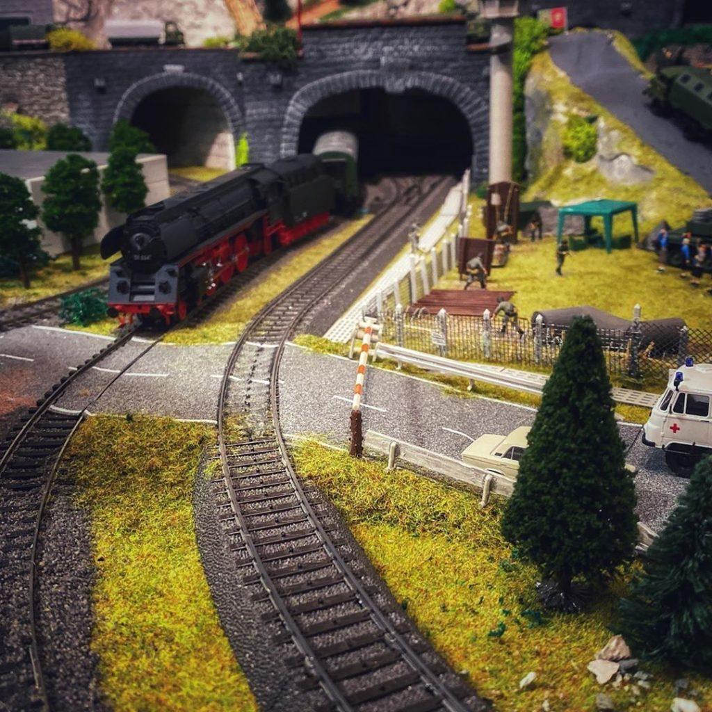Piko BR01.5 am Bahnübergang