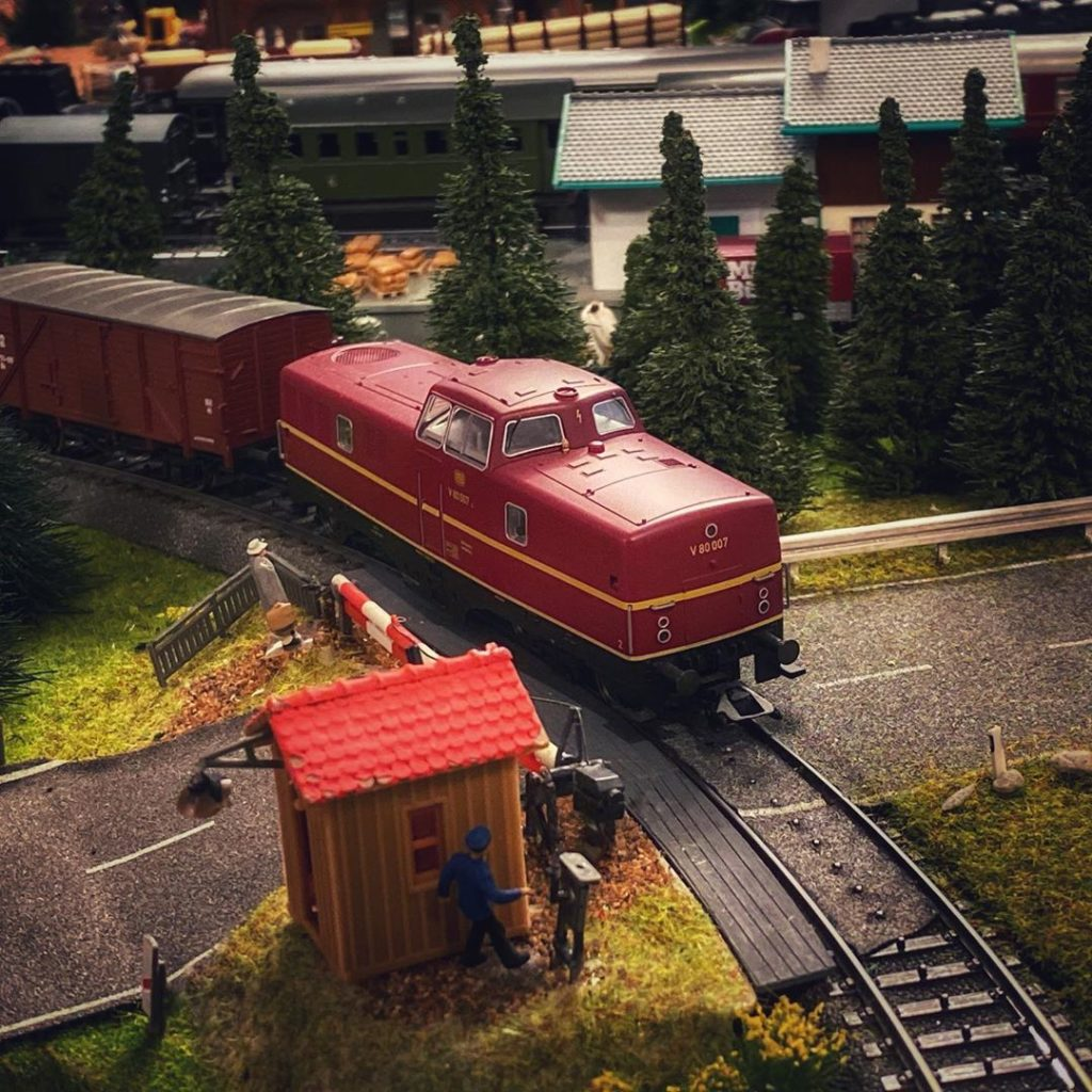 BR280 am Bahnübergang